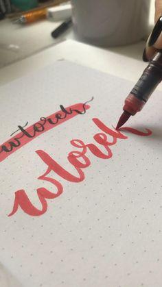 Chcesz nauczyć się pięknie kaligrafować litery Brush Pen'em? Chcesz nauczyć się jak pisać litery w Brush Letteringu? Kup gotowe szablony do nauki literek dla początkujących w technice Bounce Lettering. Przygotowałam dla Ciebie prosty alfabet pod małe i duże pisaki. Każda literka na osobnej stronie do przećwiczenia przez Ciebie. Szablony idealne dla osób początkujących jak i dla osób które chcą nauczyć się tańczyć literkami. Aż 120 stron wzorników. W środku znajdziesz: - dwa kroje alfabetu, jed Hand Lettering Tutorial, Air Brush Painting, Letter Writing, Love Letters, Handwriting, Calligraphy, Hand Lettering, Cartas De Amor, Boyfriend Letters