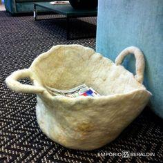 Revisteiro feito à mão com lã feltrada de forma primitiva. Designer: Ines Schertel.