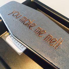 Bent u opzoek naar een origineel cadeau, uniek visitekaartje of relatiegeschenk? Domburg Bodegraven geeft uw ideeën vorm! Dankzij onze CO2 lasersnij- en graveermachine kunnen wij graveren en snijden met hoge precisie en snelheid op vele soorten materialen. Van acrylaat tot hout, van leer tot karton, van kaas tot RVS. Er zijn oneindig veel mogelijkheden. Denkt... View Article
