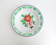 Plaque émail blanc avec dessin floral. Fabriqué en Chine par la marque Camel émail. Morceau de vintage parfait pour décoration ou collectionneur. Il