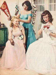 Elizabeth Taylor, Lois Butler and Ann Blyth get dressed for Elizabeth's first prom Vintage Prom, Moda Vintage, Vintage Love, Vintage Beauty, Vintage Dresses, Vintage Outfits, Vintage Hats, Elizabeth Taylor, 1940s Fashion
