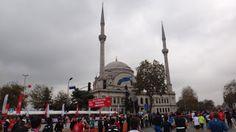 Maratona de Istambul, uma prova clássica que começa na Ásia e termina na Europa. A largada é no lado asiático de Istambul e a chegada no lado europeu. Para isso, atravessamos a Ponte do Bósforo.