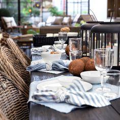 Esstisch mit sommerlichen Flair – entdecke die Tischsets und Servietten aus Leinen von Spectroom.