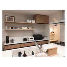 """フレコ◡̈ on Instagram: """". キッチンの造作棚⑅ シンプルで洗練された雰囲気に憧れます🙈❤️ . #キッチン#飾り棚#造作棚#平田タイル#パナソニックキッチン#リクシルカップボード #アレスタ#ラクシーナ#ココハンl…"""" Floating Shelves, Kitchen Cabinets, Living Room, Interior, Home Decor, Instagram, Kitchens, Home, House"""