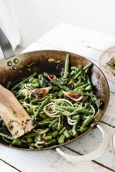 mediderranean spring zucchini spaghetti Vegetarian Pasta Recipes, Chicken Pasta Recipes, Spaghetti Recipes, Real Food Recipes, Healthy Recipes, Amazing Food Photography, Zucchini Spaghetti, Soul Food, Ethnic Recipes