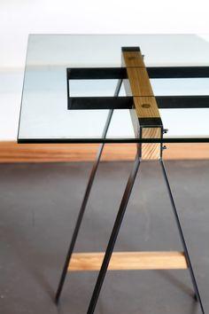 Detalhes de pés de mesa em mix de madeira, ferro com tampo de vidro Fabricado no…