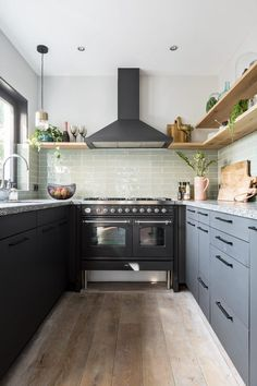 20 Gorgeous Kitchen Design Ideas to Inspire Your Next Remodel - The Trending House Diy Kitchen Decor, Wooden Kitchen, Kitchen On A Budget, Kitchen Interior, Home Decor, Elegant Kitchens, Black Kitchens, Home Kitchens, Loft Kitchen