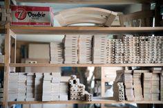 TEHDÄÄN HYVIN | HANDMADE QUALITY Työvaihe: Tuolin osat odottamassa kokoamista | Craft: Dining chair components ready for assembly  Tuotantolinja: Pöydät | Production line: Dining  #pohjanmaan #pohjanmaankaluste #käsintehty