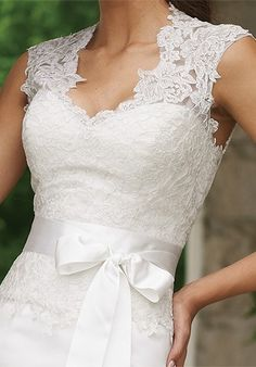 Lace, sleeves and that bow ! wow :)