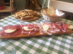 Antipasto di salumi in un ristorante di Urbino