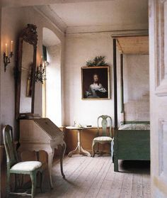 This interior is inspired by the Gustavian era. Also large mirror to lighten the room. The chairs are even chalky looking giving it that gustavian look. Swedish Bedroom, Swedish Decor, Swedish Style, French Style, French Country, Beautiful Bedrooms, Beautiful Interiors, French Interior, Interior Design