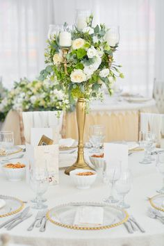 Aranjament central floral de nunta pe suport tip sfesnic de inox auriu, in culori de alb verde. Wedding floral ceterpiece Golden Candle Holder
