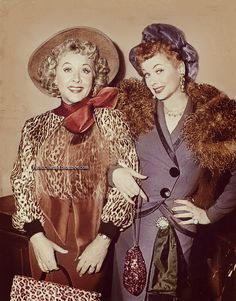 """Gangster Lucy"" and ""Gangster Ethel"" Lucille Ball and Vivian Vance dressed as gangsters in the 1957 episode of ""I Love Lucy"" titled, ""Lucy Wants To Move To The Country"" Barbara Eden, Face Off, Olympia Le Tan, Vintage Hollywood, Classic Hollywood, Hollywood Glamour, Vintage Tv, Hollywood Divas, Hollywood Stars"