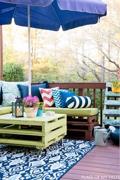 This outdoor pallet furniture is quite amazing! Learn how to make a DIY PALLET FURNITURE yourself! Use pallets to make your outdoor lounge.
