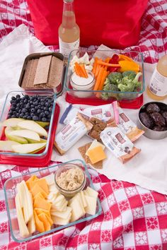 Think you have to pack gourmet food and fancy linens to have an great picnic? Learn how to pack an awesome picnic without the fuss. Romantic Picnic Food, Picnic Date Food, Best Picnic Food, Healthy Picnic Foods, Picnic Snacks, Picnic Recipes, Picnic Parties, Picnic Lunch Ideas, Beach Picnic Foods