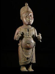 Le Royaume de Bénin, au sud de l'actuel Nigeria, est réputé pour ses magnifiques bronzes et ses sculptures en ivoire.  Ces oeuvres constituent l'un des plus grands trésors de l'humanité et figurent parmi les pièces maîtresses des musées du monde entier.  Le palais de l'Oba, où se trouvaient les somptueux sanctuaires royaux, était considéré comme le centre de la capitale et du royaume.  L'art de Bénin est incontestablement un art royal.