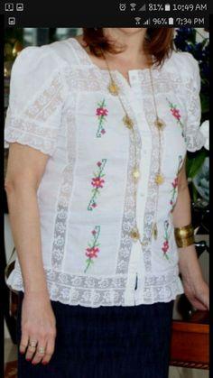 blusas estilizadas blusas estilizadas Frock Fashion, Batik Dress, Heirloom Sewing, Haute Couture Fashion, Frocks, Blouse Designs, Hand Embroidery, Floral Tops, Ideias Fashion
