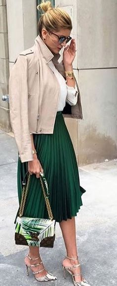 Street style | Green midi pleated sirt with beige leather jacket