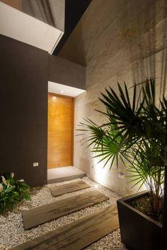 Nur noch ein weiterer Pin aus dem Artikel. Diese moderne Außenbeleuchtung von LGZ Taller de arquitectura setzt die Eingangstür und Bepflanzung sehr schön in Szene!  #eingangsbeleuchtung #außenbeleuchtung #türbeleuchtung #homify