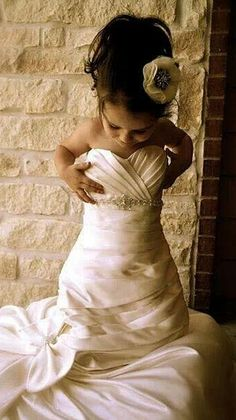 flower girls with wedding gowns, so cute!!! http://weddings.momsmags.net