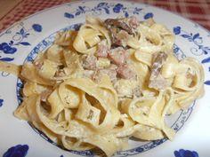 Tagliatelle panna pancetta e funghi porcini Deli, Pasta Salad, Buffet, Spaghetti, Ethnic Recipes, Food, Boletus Edulis, Tagliatelle, Lasagna