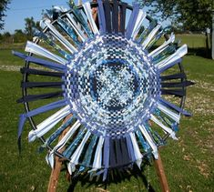 Wagon Wheel Rug instructions- the not dead link! Using rag for the weaving strips. Repinned by Elizabeth VanBuskirk.