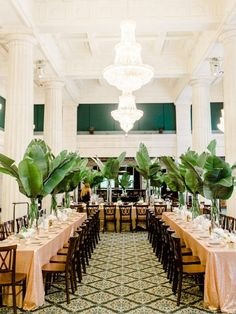 Glam Wedding with an Unexpected Tropical Twist Tropische Tischdekoration im Greenery Botanik Stil Decoration Table, Reception Decorations, Event Decor, Gala Decor, Modern Wedding Reception, Wedding Receptions, Rustic Wedding, Wedding Tables, Fall Wedding