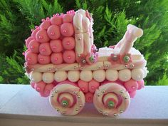 Baby shower carriage with marshmallow and candies Bonbons Baby Shower, Baby Shower Cakes, Candy Trees, Edible Bouquets, Sweet Trees, Marshmallow Treats, Edible Crafts, Candy Art, Chocolate Bouquet
