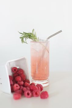 Lemon paradise cocktail: Add raspberry vodka to lemonade (or diet lemonade) and some fresh raspberries and you've got a great summer cocktail! Cocktail Desserts, Summer Cocktails, Cocktail Drinks, Cocktail Recipes, Party Drinks, Fun Drinks, Beverages, Refreshing Drinks, Healthy Drinks