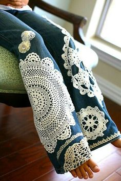 36 Genius Ways To Transform Your Jeans - DIY Jeans Makeovers – Doilies Embellished Jeans – Easy Crafts and Tutorials to Refashion and Up - Denim And Lace, Artisanats Denim, Blue Denim, Diy Jeans, Diy Ripped Jeans, Verschönerte Jeans, Diy Clothes Refashion, Diy Clothing, Refashioned Clothes
