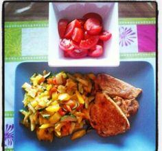 Schweinesteak mit Tomatensalat und Gemüse