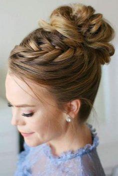 Plus sophistiqué qu'un chignon et moins bohème qu'une tresse, le chignon tressé est la coiffure à adopter en cette rentrée. Voici des modèles de chignons tressés ou nattés qui nous inspirent ! #coiffure #chignon #tresses #femme #tendance