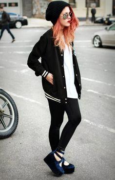 Bomber jacket preta, blusa branca, calça legging preta, sapato de veludo