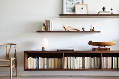 Home Interior Salas books stored backwared.Home Interior Salas books stored backwared Floating Bookshelves, Low Bookshelves, Bookshelf Ideas, Decor Scandinavian, Modern Shelving, Shelving Design, Bookshelf Design, Modern Spaces, Living Room Lighting