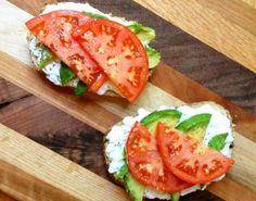 Tostas de queijo fresco com abacate e tomate