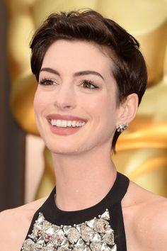 #oscar 2014 - Anne Hathaway   Con pequeños pendientes con forma de corona invertida o con forma de rayos de sol de Neil Lane