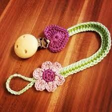 schnullerketten selber machen häkeln - Google-Suche Crochet Baby Dress Pattern, Poncho Knitting Patterns, Crochet Poncho Patterns, Crochet Bebe, Crochet Motif, Knitting For Kids, Crochet For Kids, Baby Staff, Dummy Clips