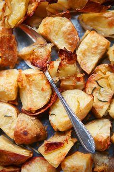 De baked potatoes zijn het meest gezegende onderdeel van de Britse sunday roast: gebakken in ganzenvet, krokant van buiten en bijna puree van binnen.