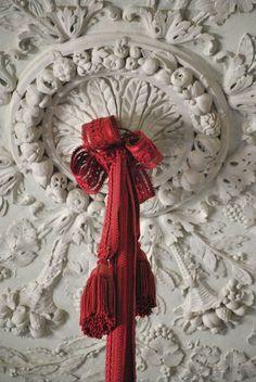 Plaster and passementerie in Versailles : Marie Antoinette's Chateau, the Petit Trianon ( Marie Antoinette, Chateau Versailles, Passementerie, Ceiling Medallions, Louis Xvi, Architecture Details, Burlap Wreath, Decoration, Interior And Exterior