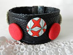 Bracelet in imitation leather and fabric red graphic de la boutique Mauveetcapucine sur Etsy