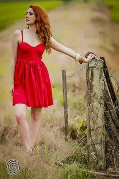 Enjoy Photo Session de Débora Klann, garota simpática e simples, com espírito livre, ousado e divertido. A pernonalidade dela precisava transparecer nas fotos. O Ensaio foi realizado em um arrozal entre as cidades de Brusque e Itajaí, Santa Catarina.