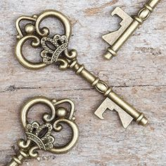 SET of 50 - Antique Gold Vintage Skeleton Key Bottle Openers - Queen Keys UNIQUE & MEMORABLE GIFT: Add extra charm to your wedding by gifting these gorgeous vintage keys that are actually bottle opene Antique Keys, Vintage Keys, Antique Gold, Vintage Mirrors, Vintage Key Tattoos, Antique Key Tattoos, Skeleton Watches, Skeleton Keys, Compass Tattoo