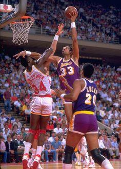 Kareem over Hakeem I Love Basketball, Basketball Pictures, Basketball Legends, Basketball Players, Nba Pictures, Dodgers, Showtime Lakers, Hakeem Olajuwon, Dream Team