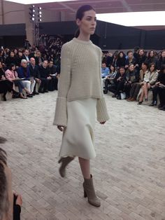 VogueParis: Pull en maille beige, jupe ...