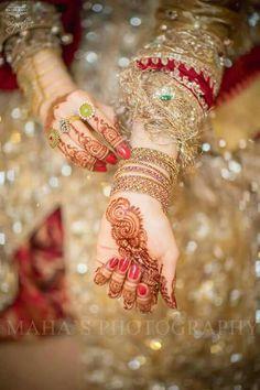 Pak Cheers - Pakistan's Largest Authentic Information Provider Bridal Mehndi Dresses, Pakistani Wedding Dresses, Bridal Bangles, Bridal Jewelry, Bridal Jewellery Inspiration, Bridal Photoshoot, Bridal Shoot, Indian Bridal Wear, Indian Wedding Photography