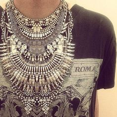 Gros collier sur t-shirt rock'n roll sur http://hellomuses.fr #Mode #Accessoires #Fashion #Necklace