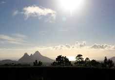 """Incentives - MAURITIUS - Sonriso   Travel in Style Niekończące się piaszczyste plaże, wspaniałe afrykańskie słońce, ciepłe wody Oceanu Indyjskiego, kolorowe rafy pełne przeróżnych gatunków morskich stworzeń, wyjątkowo przyjaźni mieszkańcy i przepiękna tropikalna przyroda sprawiają, że Mauritius to idealne miejsce na wypoczynek. Na zdjęciu: Wycieczka do Parku Narodowego """"Siedem Kolorów Ziemi"""""""