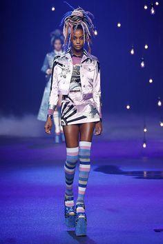 Una vez más, el desfile de Marc Jacobs , con el que el modisto americano ha presentado su colección primavera-verano 2017, se ha convertido en uno de los más comentados en la que h