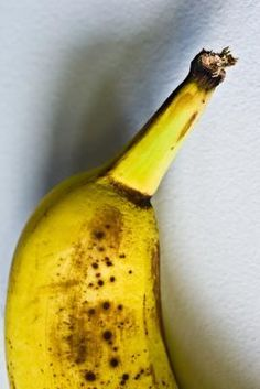 Substituting bananas for butter. Each banana will translate into between and cup. Substitute an equal amount of mashed banana for the butter in the recipe. If a recipe specifies cup softened butter, for example, pack a cup measure with mashed banana. Healthy Treats, Healthy Tips, Healthy Recipes, Healthy Cooking, Healthy Eating, Cooking Recipes, Cooking Hacks, Healthy Food, Soft Chocolate Chip Cookies