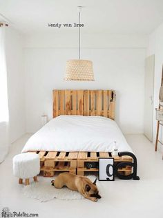 Camas feitas com paletes de madeira #paletes #pallets #palletfurniture #palletbed